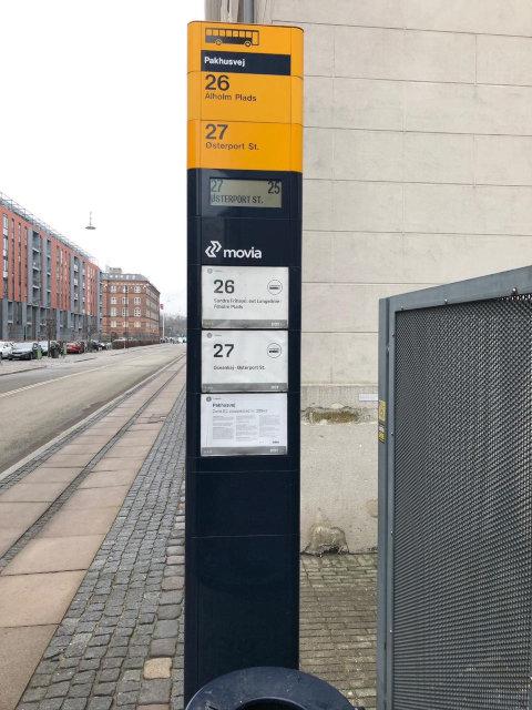 שלט תחנת אוטובוס מודולרי בקופנהאגן.