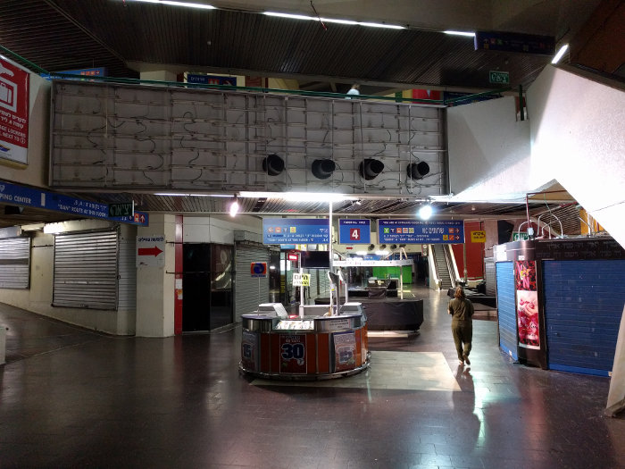 """האיזור בתחנה שבד""""כ מלא אנשים עומד ריק וסגור בשבת"""