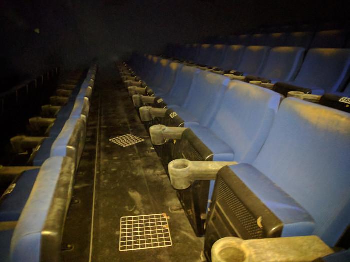 אולם קולנוע נטוש.