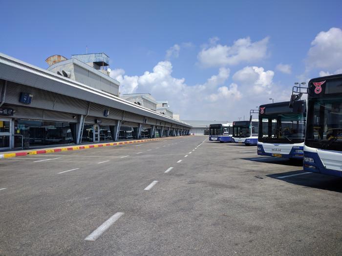 אוטובוסים חונים על גג התחנה.
