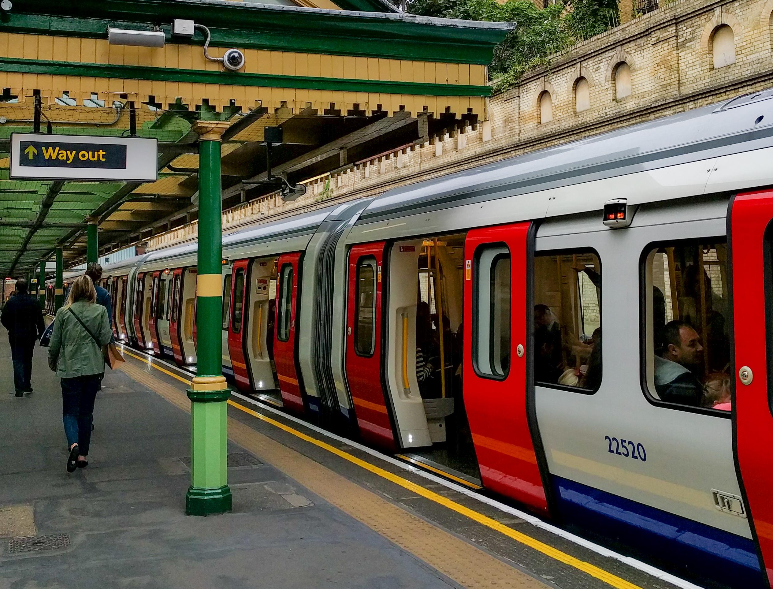רכבת תחתית בלונדון עם עלייה רציפה